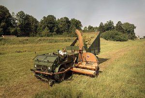 Unimog 411 mit Mähbalken, Speiser Seitenwagenhäcksler und Amazone Ladewagen bei der Grünfutterernte