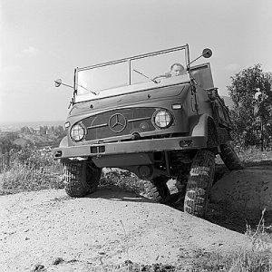 Unimog S, Baureihe 404.1 während einer Vorführung im Gelände, gezeigt wird die Verschränkung der Achsen