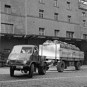 Unimog U 25, Baureihe 401, Zugmaschine der Brauerei Dinkelacker in Stuttgart, für bessere Zugleistungen verfügt die Hinterachse über eine Zwillingsbereifung