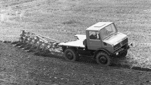 Unimog U120, Baureihe 425, Vorserienfahrzeug mit Pflug bei der Bodenbearbeitung